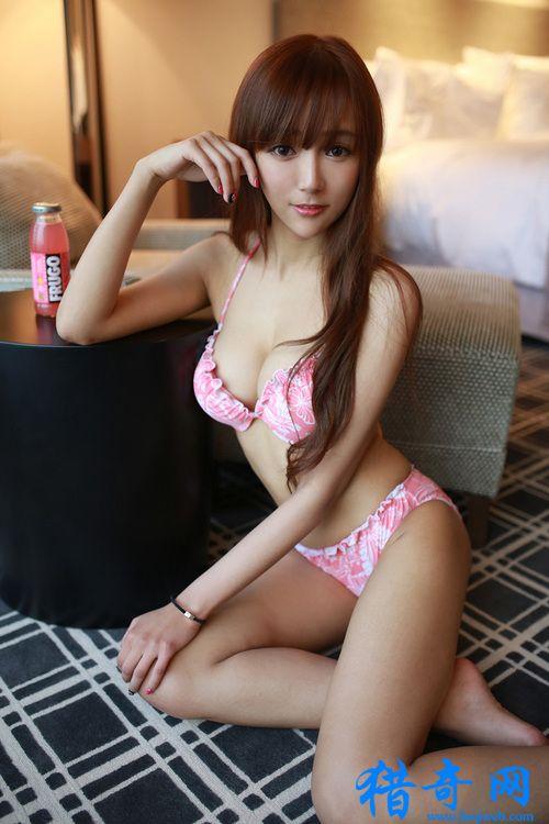 红粉内衣爆乳写真 甜美美女粉衣性感私房