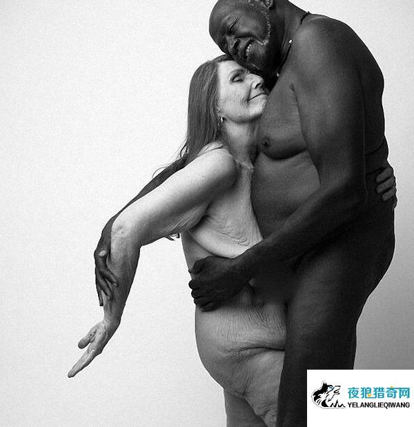 七旬夫妇晒裸照坦诚相见 大尺度花式虐狗羡煞众人