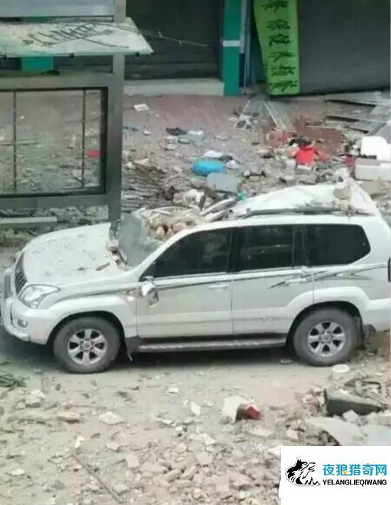 楼上煤气爆燃墙体玻璃乱飞 致楼下车辆面目全非
