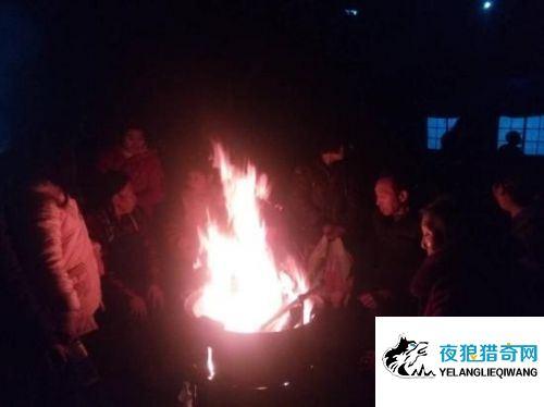 四川兴文5.7级地震震中:村民寒风中烤火取暖