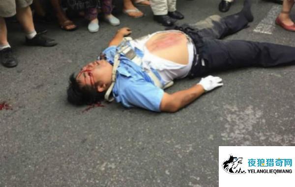 协警被撞倒惨遭多次碾压 司机欲逃跑被群众拦下