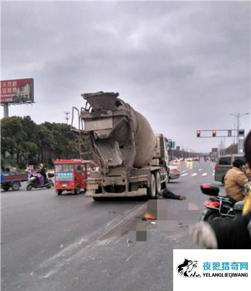 泰州一红绿灯处发生惨烈车祸 电动车车主当场死亡